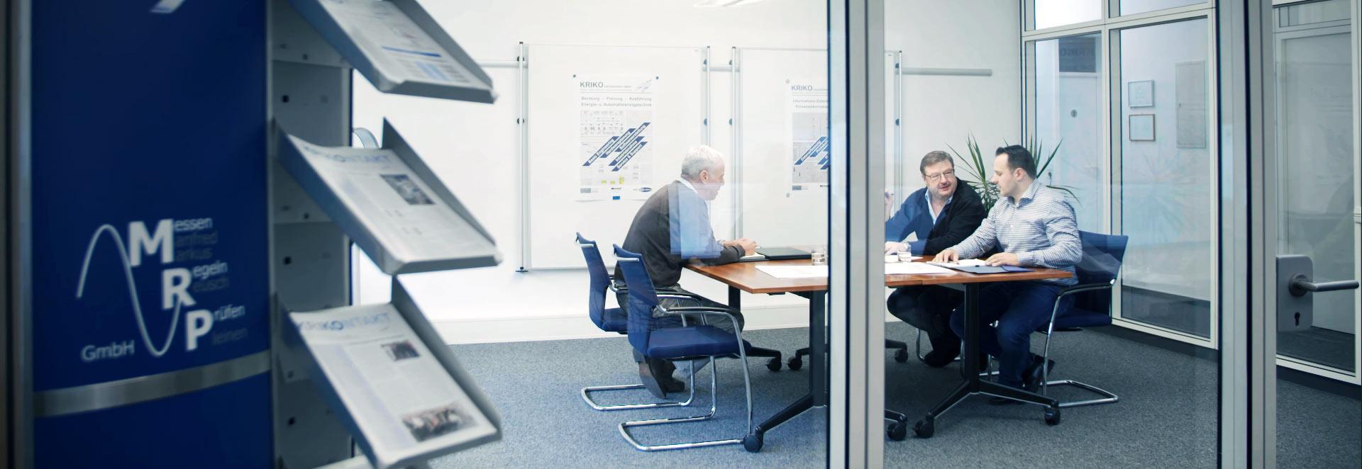 Bild zeigt eine Besprechungssituation bei KRIKO Engineering